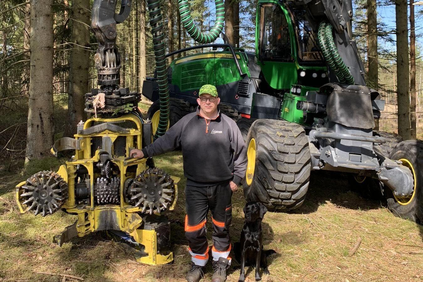 Peter Jönsson har börjat köra sin tionde skördare, en 8-hjulig John Deere 1170G, i skogarna i södra Halland.