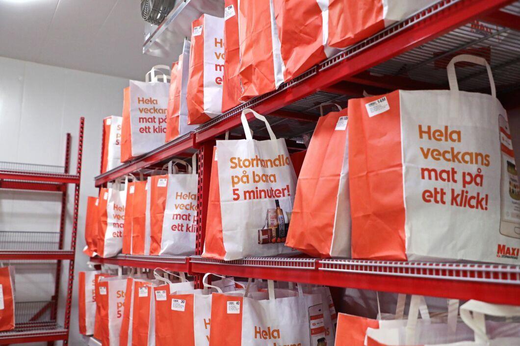 E-handeln är kostsam för dagligvarukedjorna. Här väntar matkassar på Ica Maxi i Motala på utleverans.