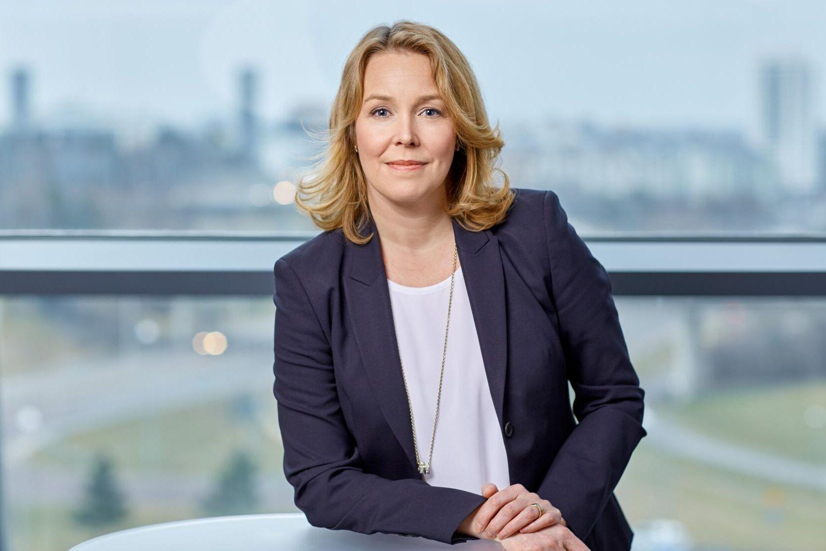 – Vi behöver anpassa oss till att det blir mindre volymer med brev. Vi har också kraftiga ambitioner kring hållbarhetsmålen. När vi har upp till två dagar på oss med utdelningen kan vi flyga mindre, säger Postnords distributionschef Erika Ahlqvist till ATL.