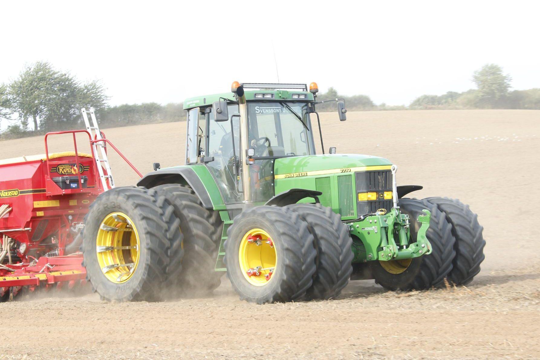 Svenssons Jordbruk släpper loss sin John Deere 7710 med Väderstad Rapid-såmaskinen. Det är dubbelmontage runt om och här slukar traktorn areal.