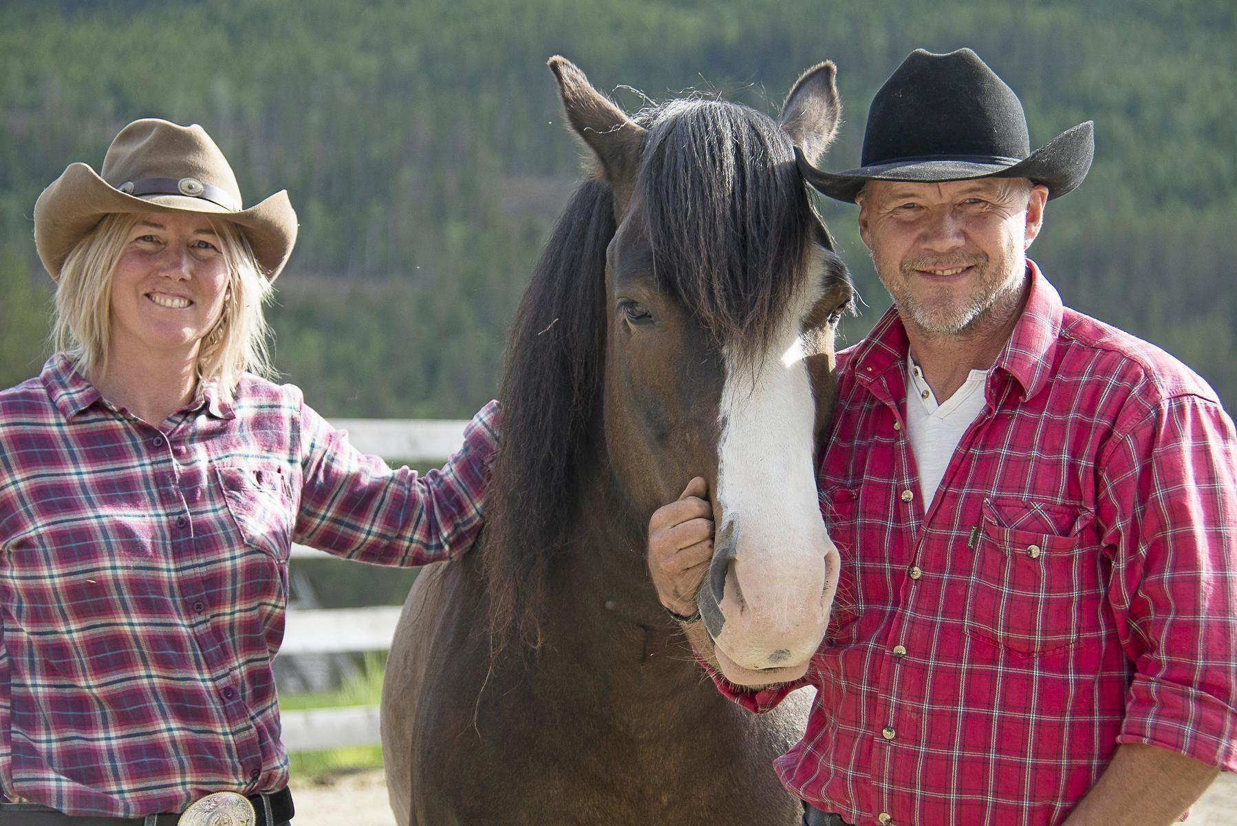 Trumvallen Horse Ranch som drivs av Johan Persson och Hanna Högberg belönas med ett stipendium för sitt sätt att ge travhästar en ny karriär.