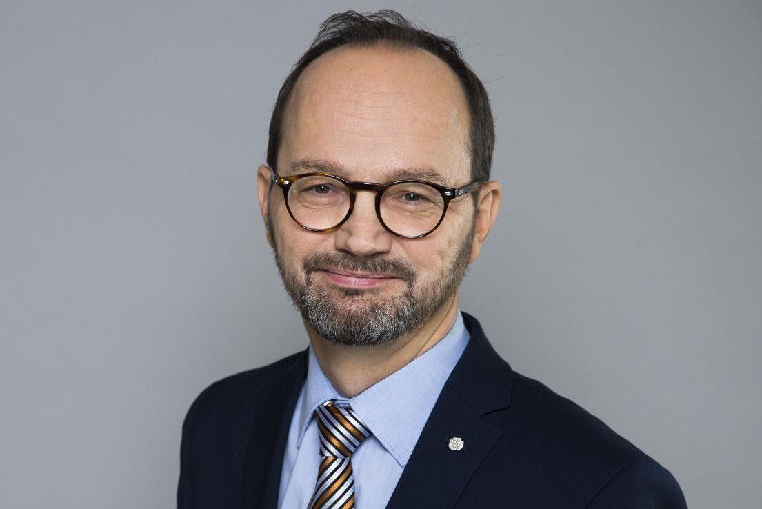 Sverige lägger fram med en proposition om en nationell dispens för svenska chaufförer, säger infrastrukturminister Tomas Eneroth (S).