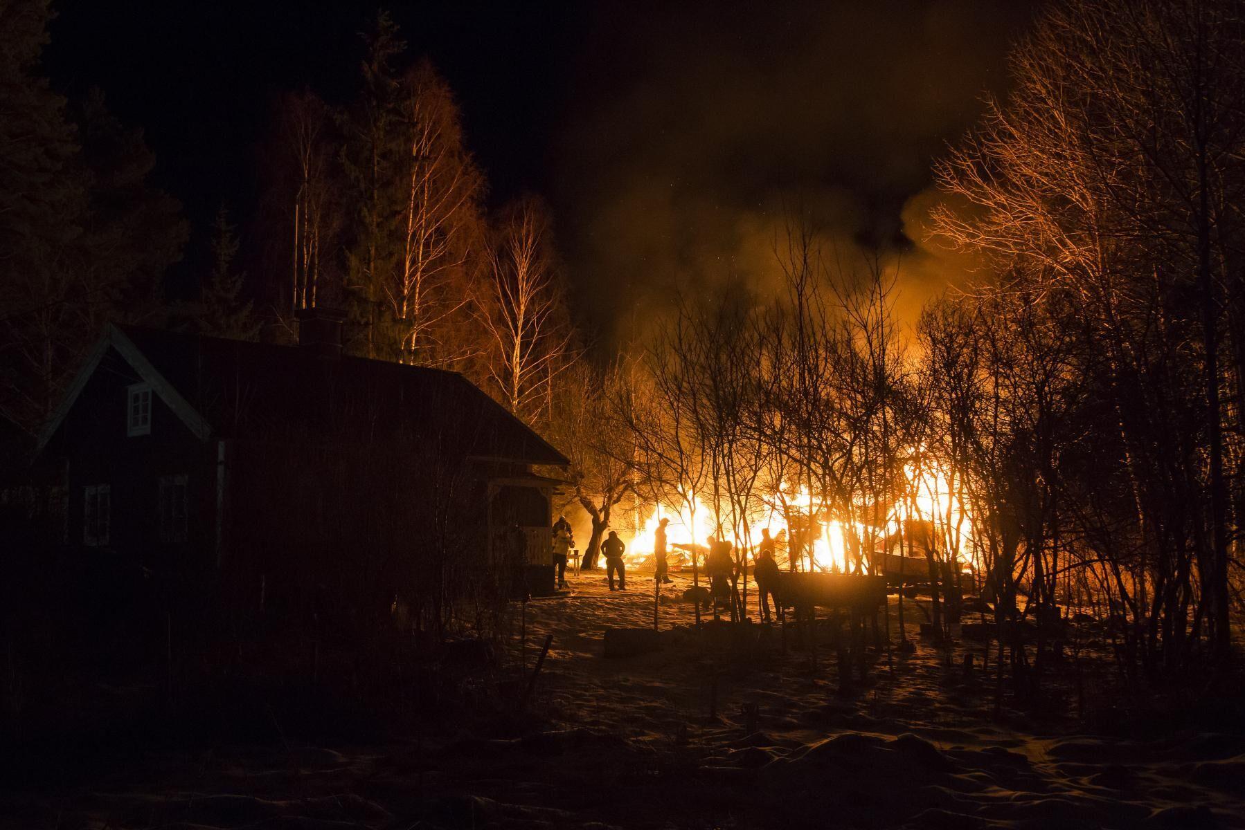 En ladugård och lada brann ner under kvällen/natten mot söndag. Bilden har inget med händelsen att göra (arkivbild).