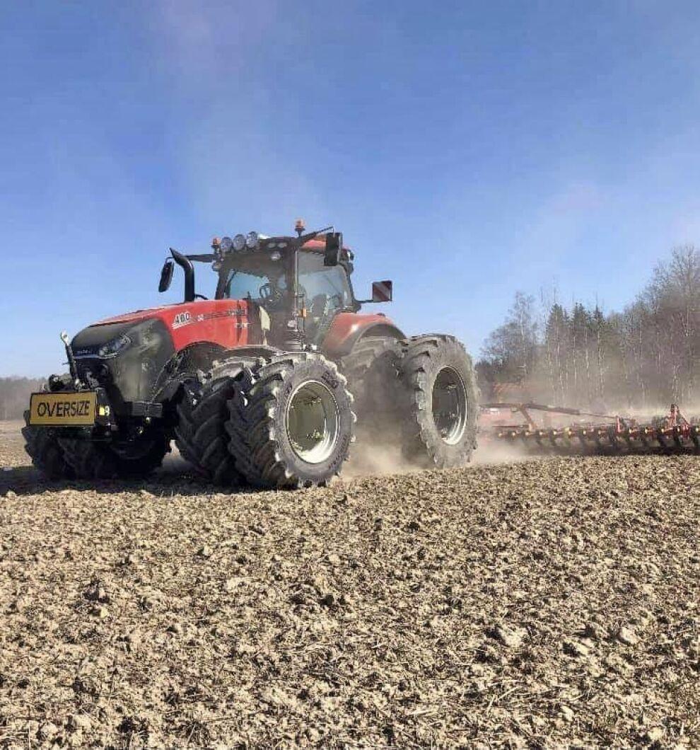"""Första vårbruket och maximal action med Magnum 400PS AFS. Naturligtvis har traktorn en """"oversize""""-skylt i fronten. Bild från Emil Rehwin."""