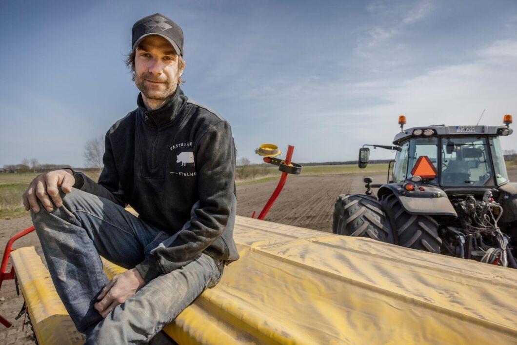 Eric Etelwest driver en smågrisproduktion i Etelhem på Gotland och odlar utsäde till höstvete, vårvete, ärter och korn på 70 hektar.