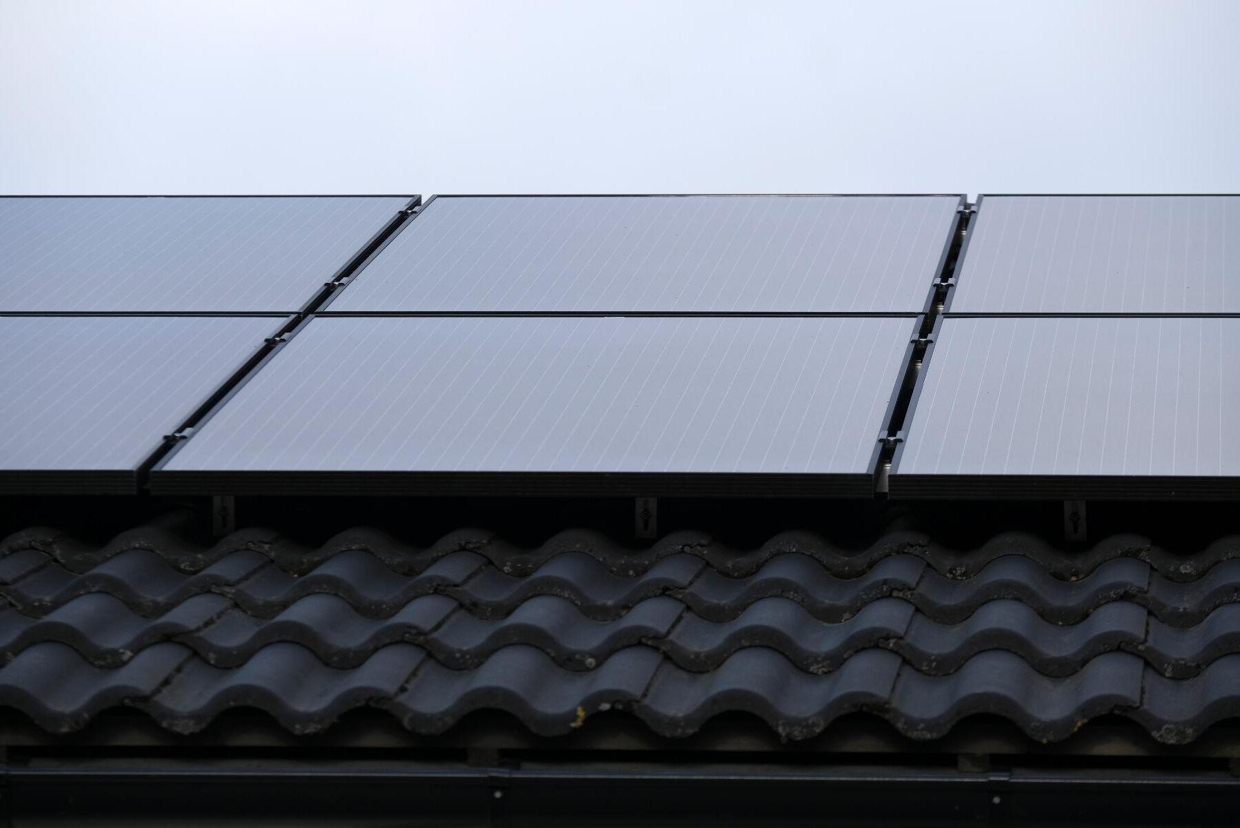 Solceller på svenska tak kan ha tillverkats med tvångsarbete, enligt en rapport. Arkivbild.
