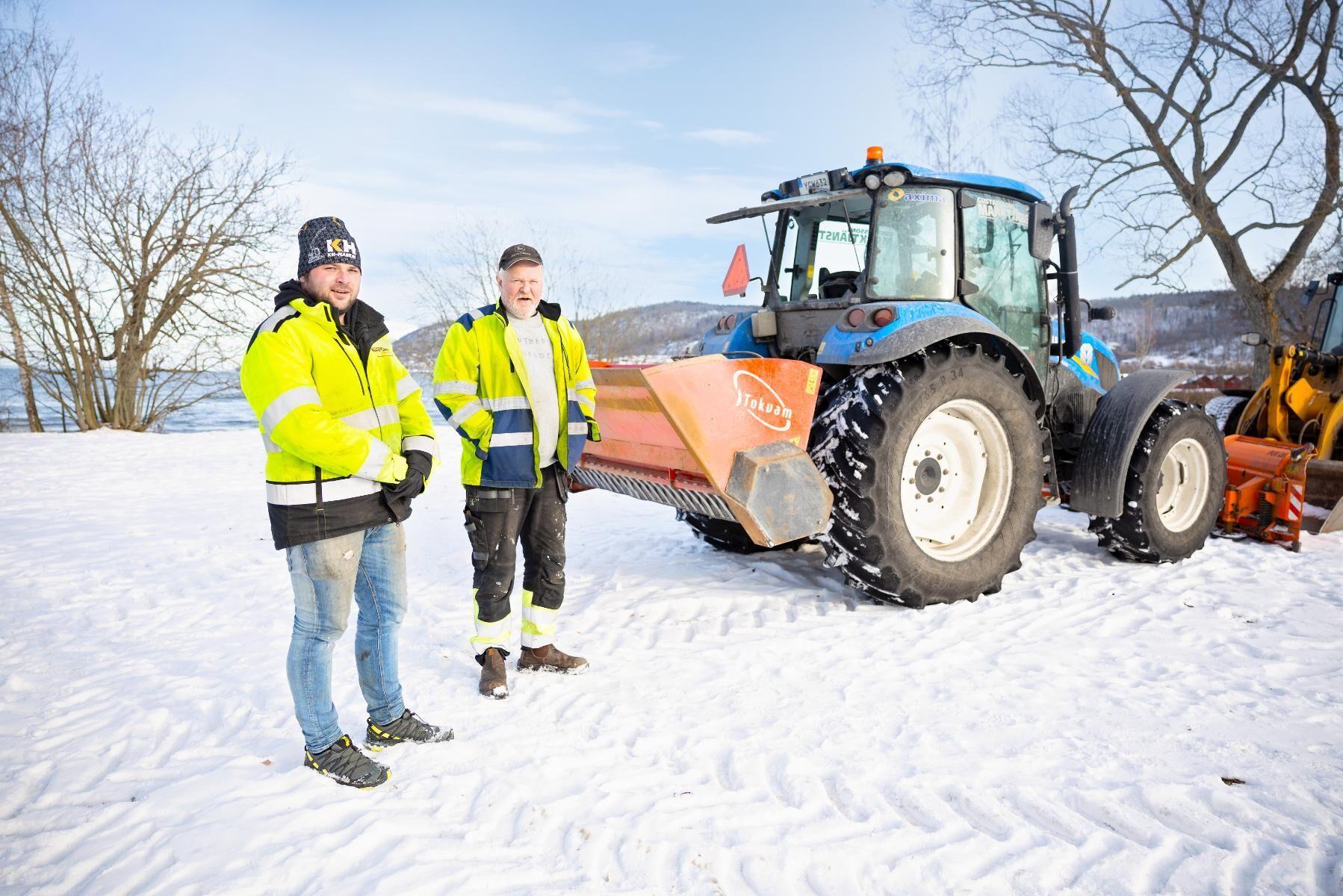 Marcus Gustafssons företag blev årets Gasellvinnare i Jönköpings län i Dagens Industris tävling om vilka företag som haft bäst utveckling de senaste åren. Johan Magnusson (till höger) kör traktor för företaget.