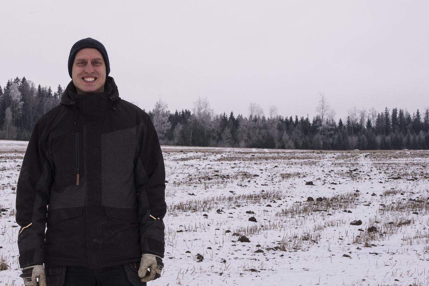 Erik Forsberg framför nyodlingen som nyss var drygt 6 hektar tät granskog.