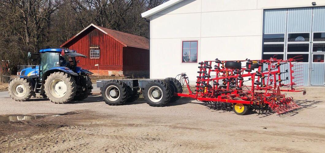 En vanlig traktor bogserar Arvid Ördes koncepttraktor till och från åkrarna.