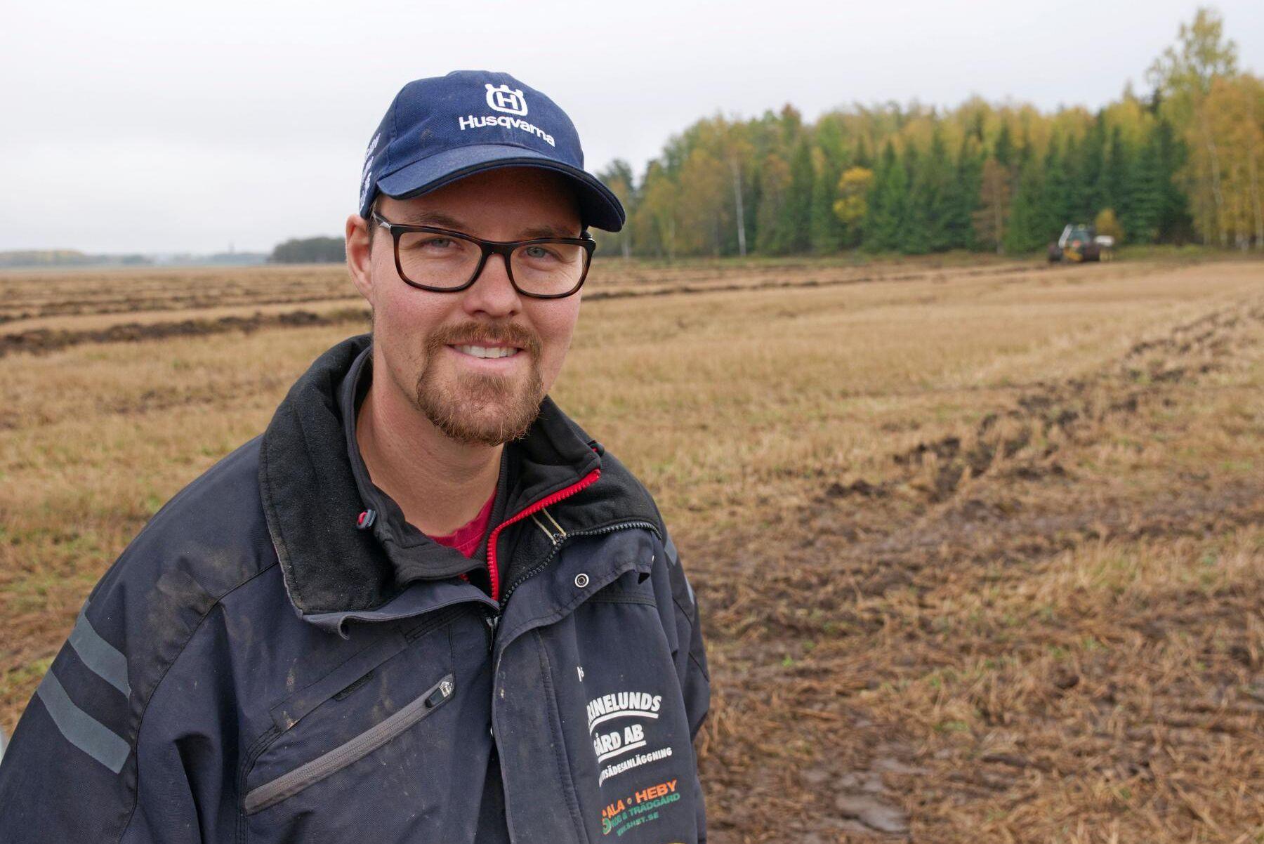 Niclas Carlsson på Catrinelunds Gård i Sala dikar på egen mark men säljer även dikningsplogar.