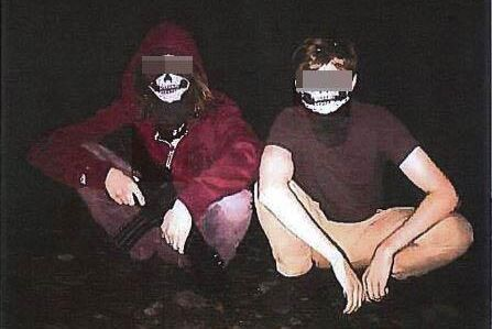 Männen poserade med någon form av vapenreplika under vad de själva kallade en fyllefest. Enligt åklagaren har de på sig masker som kan kopplas till ekofascism.