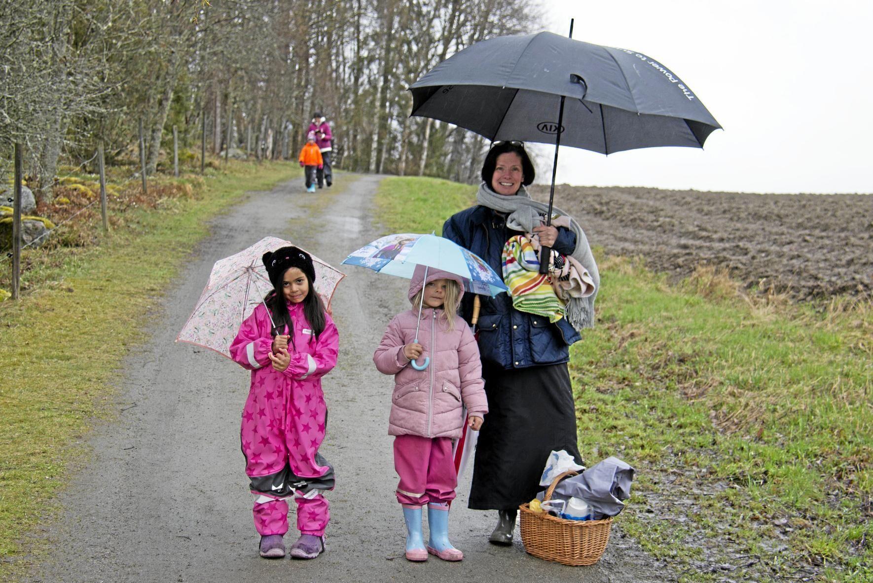 Nomi Chipperman, Mimi Holmström och Anna Skoglund var första på plats och räddes vare sig kyla eller regn.