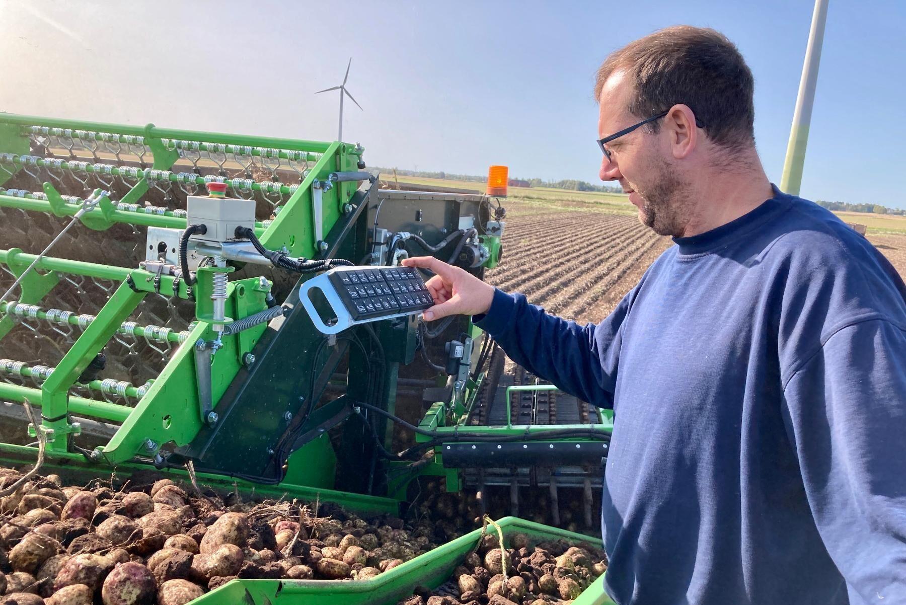 Potatisskörden pågår för fullt, och på banden syns plötsligt en liten sork som klarar sig oskadd genom Stefan Valfridssons tvåradiga potatisupptagare. Ett bevis på att maskinen är skonsam - och att det gäller att skalskadorna på potatisen är så få som vanligt.