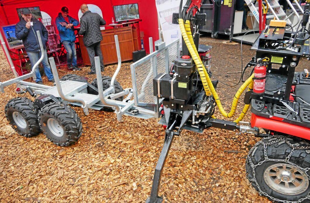 Fyrhjulingsvagnen Multimette har flera intressanta funktioner. Den kan förlängas från 2,6 till 3,3 meter hydrauliskt. Ventilpaketet och motorn för hydrauliken sitter i snabbfästen och med kranen går det lätt att lyfta av hela paketet.