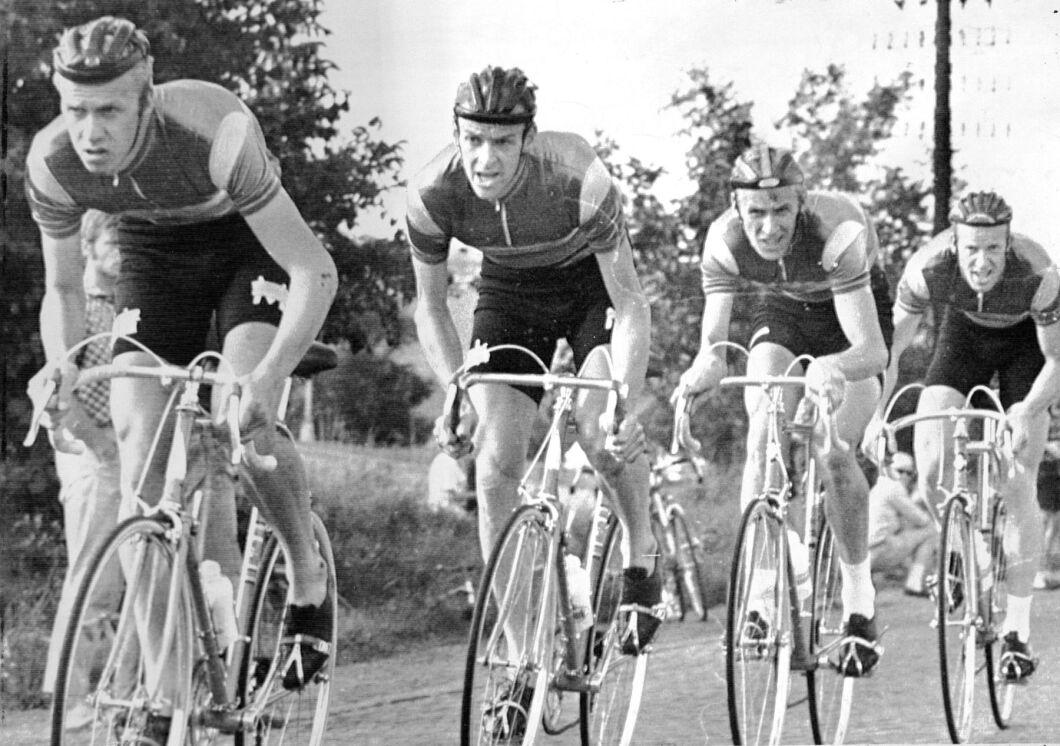 Bröderna Fåglum vinner världsmästerskapen i 100 km lagcykling i Tjeckoslovakien 1969. Fr v Erik, Gösta, Sture och Tomas.