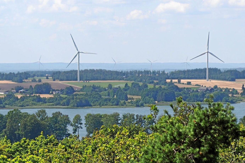 På tio år har vindkraft åstadkommit en förvandling av landskap i hela Sverige som i omfång och brutalitet saknar motstycke, menar debattörerna.