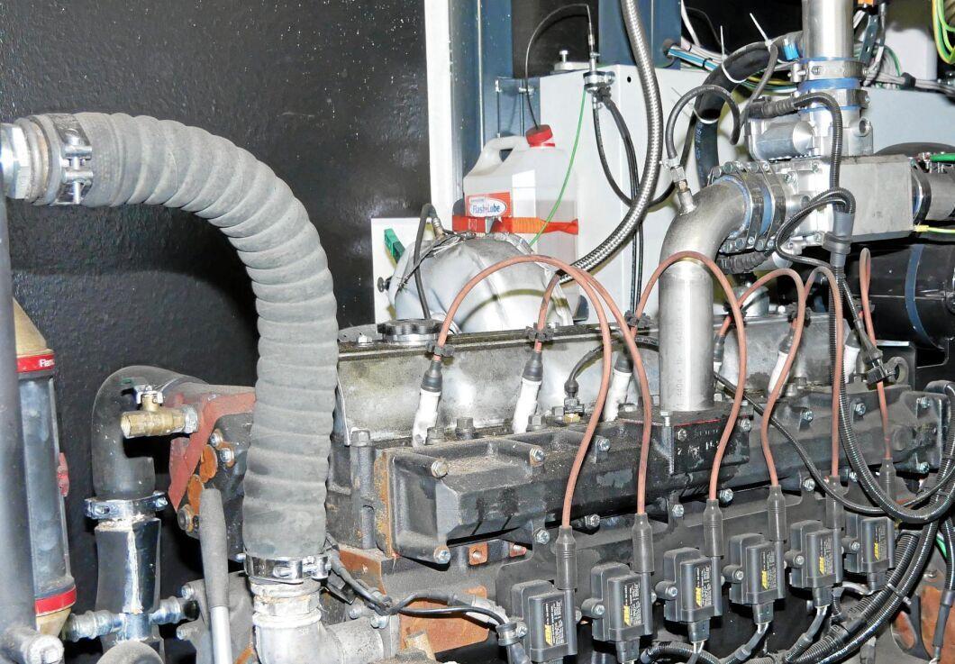 En konverterad dieselmotor generar el och värme.