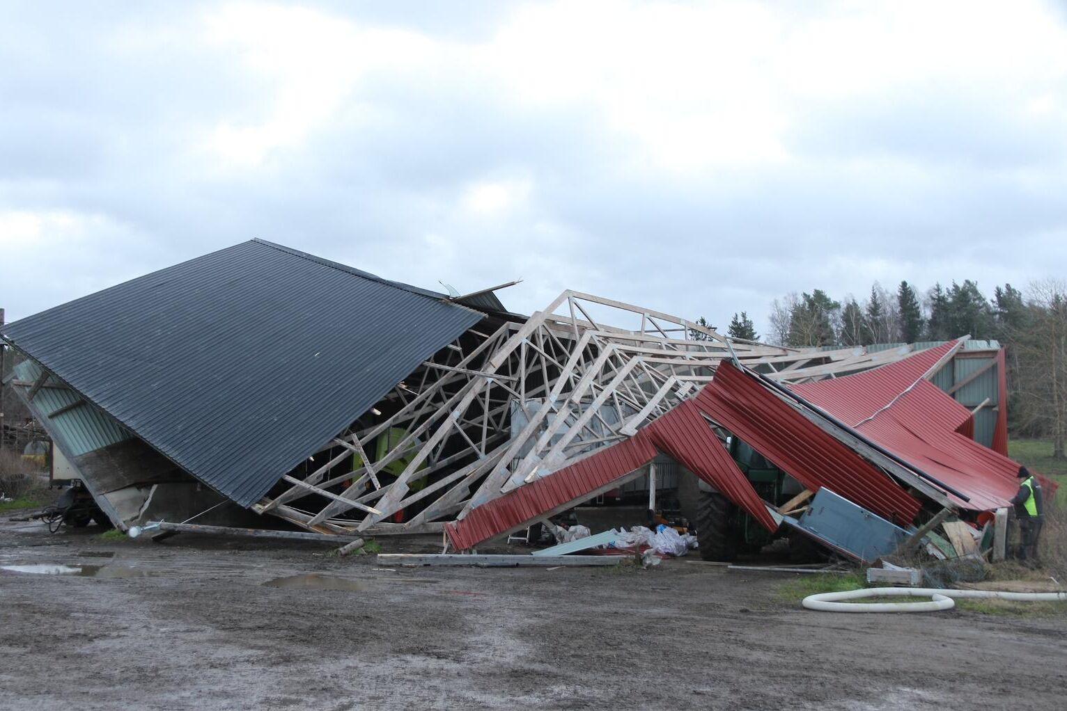 Maskinhallen som stått pall för stormar i 25 år rasade ihop som ett korthus på grund av de hårda vindarna i går morse.