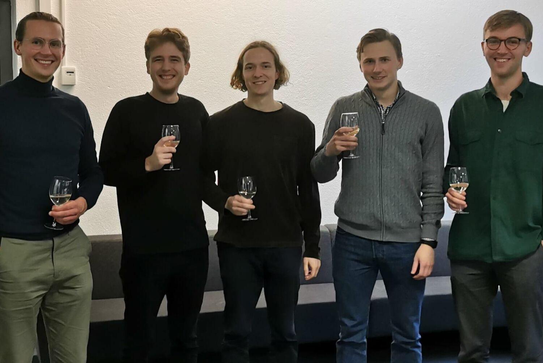 Uppkorkat. Vinnarlaget består av Jonas Berg, Marcus Patricks, Edward Sjöblom, Mattis Hallén och Johan Sundström.