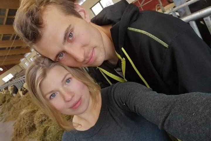 Linda Bodelsson och hennes sambo Henrik Andersson släppte ut tre kvigor i en hage med tre shetlandsponnier. Då blev det lekdags...