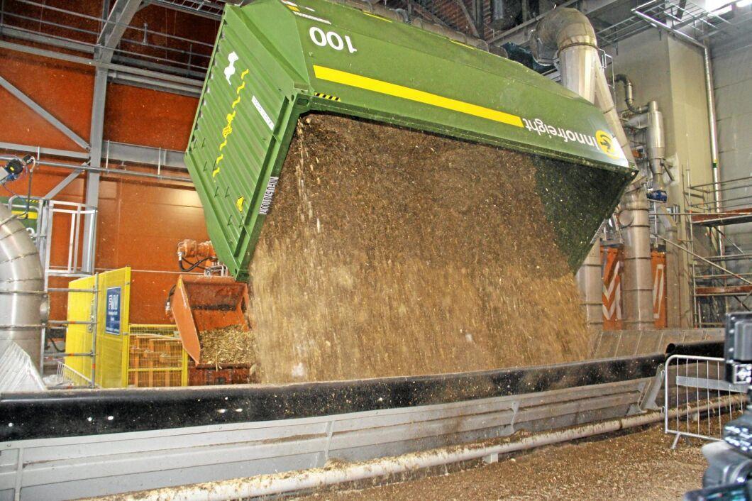 Lossningsrobot vid biokraftvärmeverket i Värtan i Stockholm som eldas med flis.