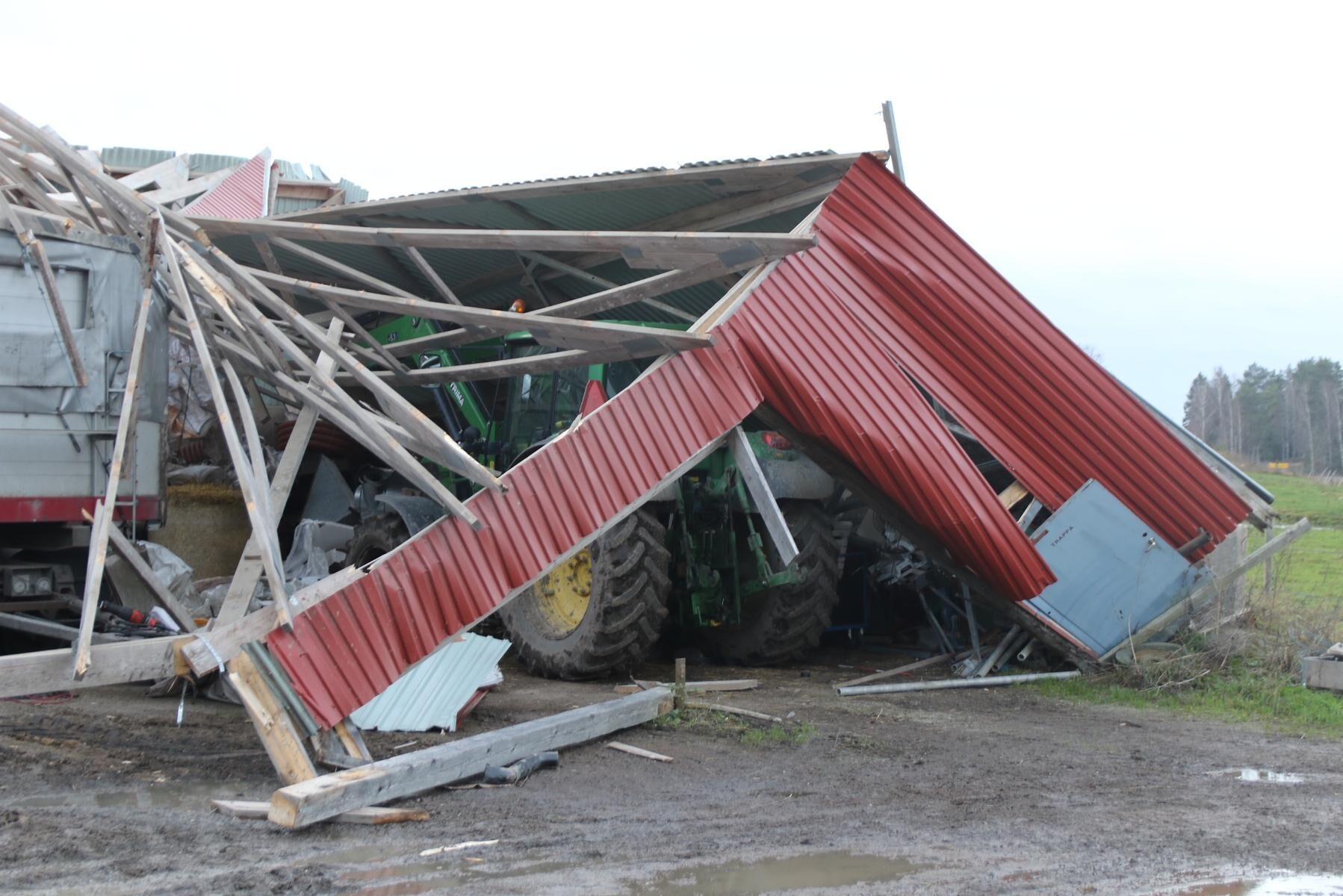 Tre traktorer, en balpress och några vagnar fanns i maskinhallen som blåste ned i går morse.