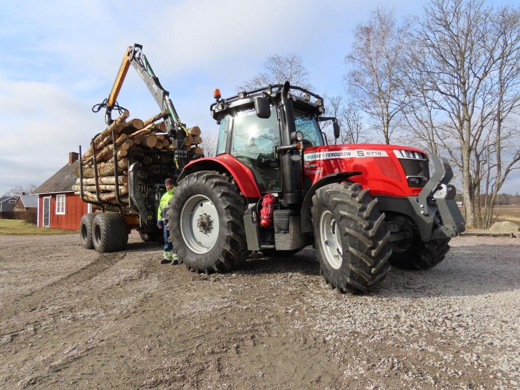 Lars Karlssons MF 6718S är anpassad för skogsjobb och den har specialbyggd vändbar förarplats. Skogsvagnen är en Moheda 151 4wd med kran som når 8,90 meter.