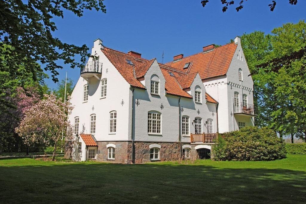 """Anrikt slott från 1898 med """"mycket karaktär och historiska detaljer bevarade"""" vid den stora renovering som nyligen skett. 2,5 hektar mark. Vacker park med poolhus och orangeri. Häststall och belyst paddock. Gästhus. Slottet är trevligt beläget väster om Ringsjön med närhet till såväl Malmö som Köpenhamn."""
