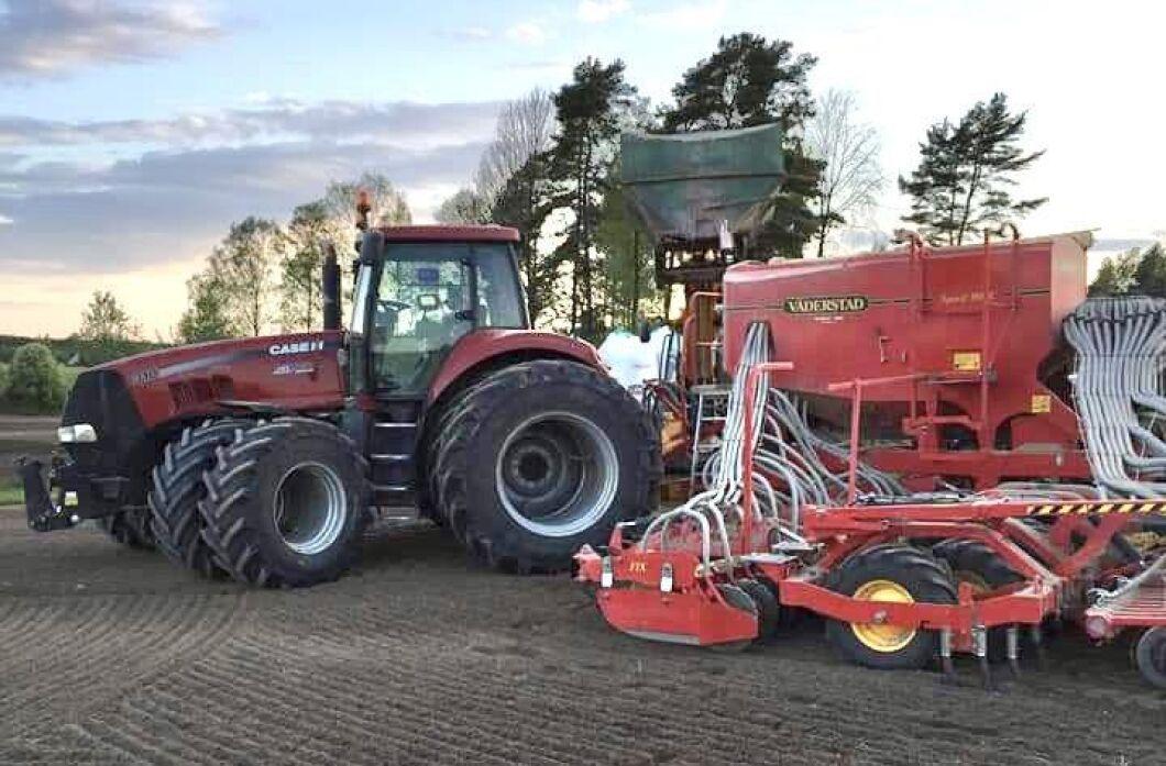 Depåstopp i vårbruket med Magnum 310 från 2008 och Väderstadsåmaskin. När bilden togs hade traktorn gått 4500 timmar, berättar Anton Bodén.