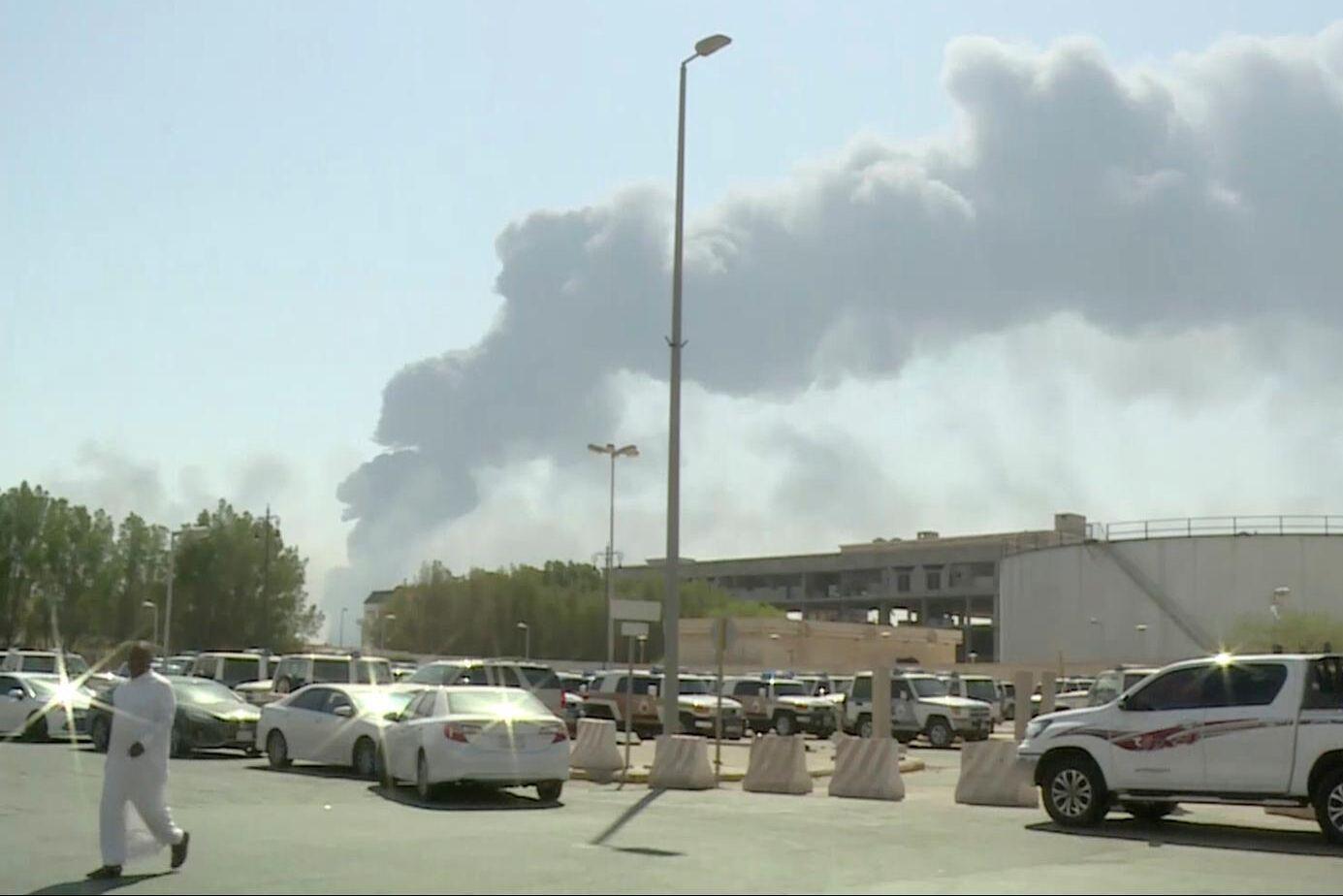 Oljeanläggningarna i Abqaiq och Khurais sattes i kraftig brand och rökmoln täckte ökenhimlen.