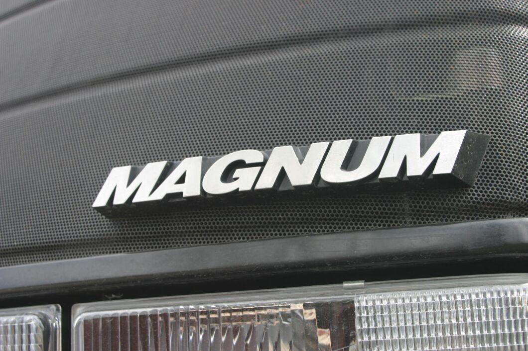 """Att döpa traktorserien till Magnum är ett briljant drag av marknadsförarna på Case IH. Sloganen är given: """"Nothing kills a Deere like a Magnum!"""" Än i dag byggs traktorerna i Racine, Wisconsin i USA."""