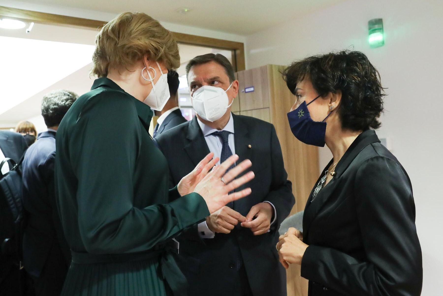EU:s jordbruksministrar har mycket att prata om under maj månads rådsmöte. Här samtalar Tysklands jordbruksminister Julia Klöckner, hennes spanska kollega Luis Planas Puchedes och Portugals jordbruksminister Maria do Ceu Antunes.