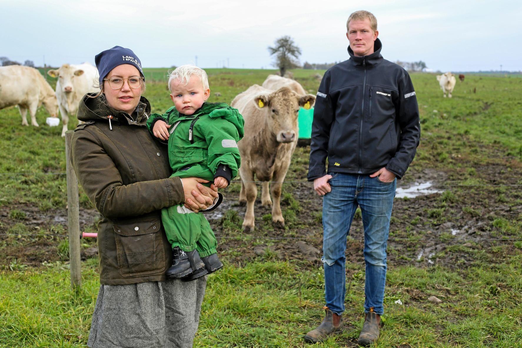 Sandra Lindström med sonen Leo och Oskar Lindström i Spjutstorp utanför Tomelilla gillar inte att få ett borrhål på gården.