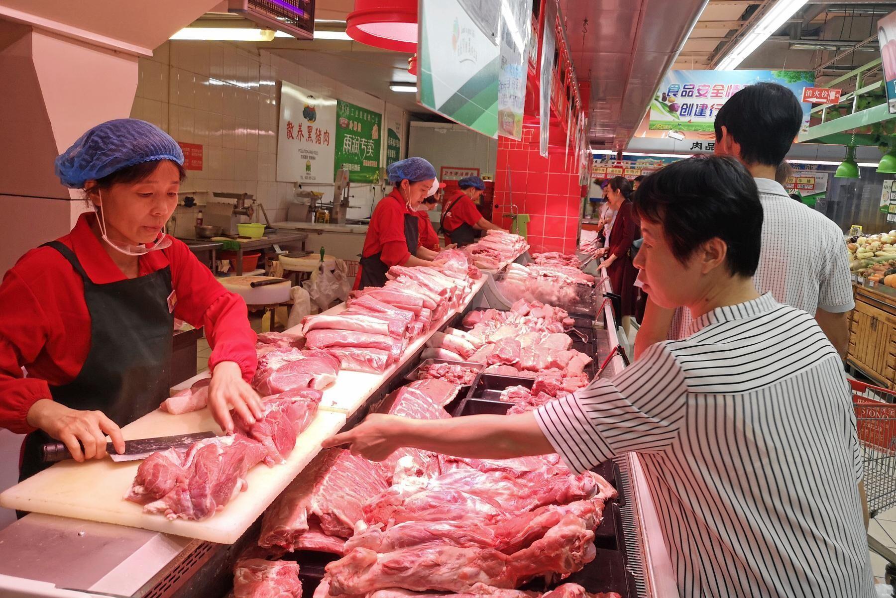 Försäljning av griskött på en marknad i Zouping, östra Kina.