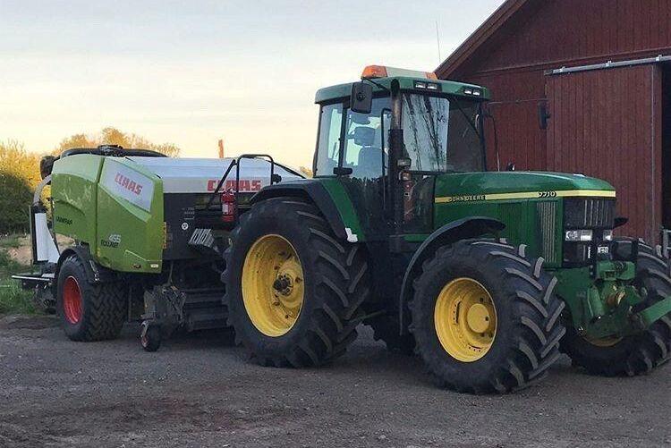 Carl Lennartsson har skickat bilder på två John Deere 7710 på Åsens Egendom utanför Hjo, den ena har gått 8000 timmar och den andra 9000 timmar. Här kan du njuta av en av de underbara traktorerna.