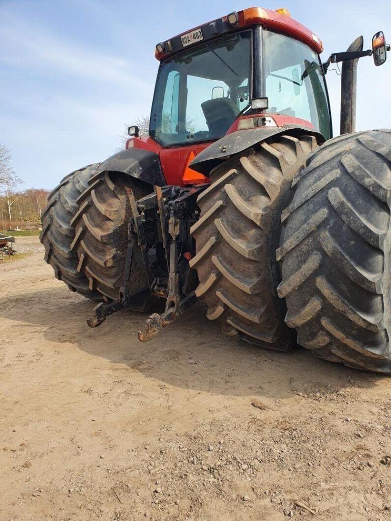Magnum-traktorn är 4,80 meter bred över baken. Baktill sitter dubbla 710/42 och fram är det 540/34 och 480/34. Slå det om du vågar!