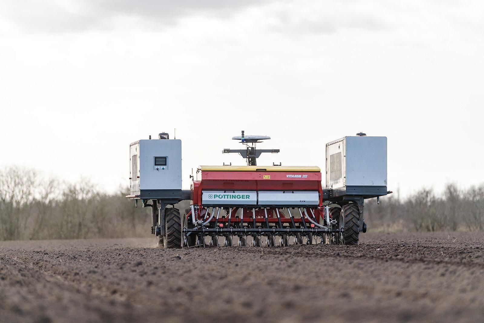 Pöttinger samarbetar med Agrointelli om lantbruksroboten Robotti.