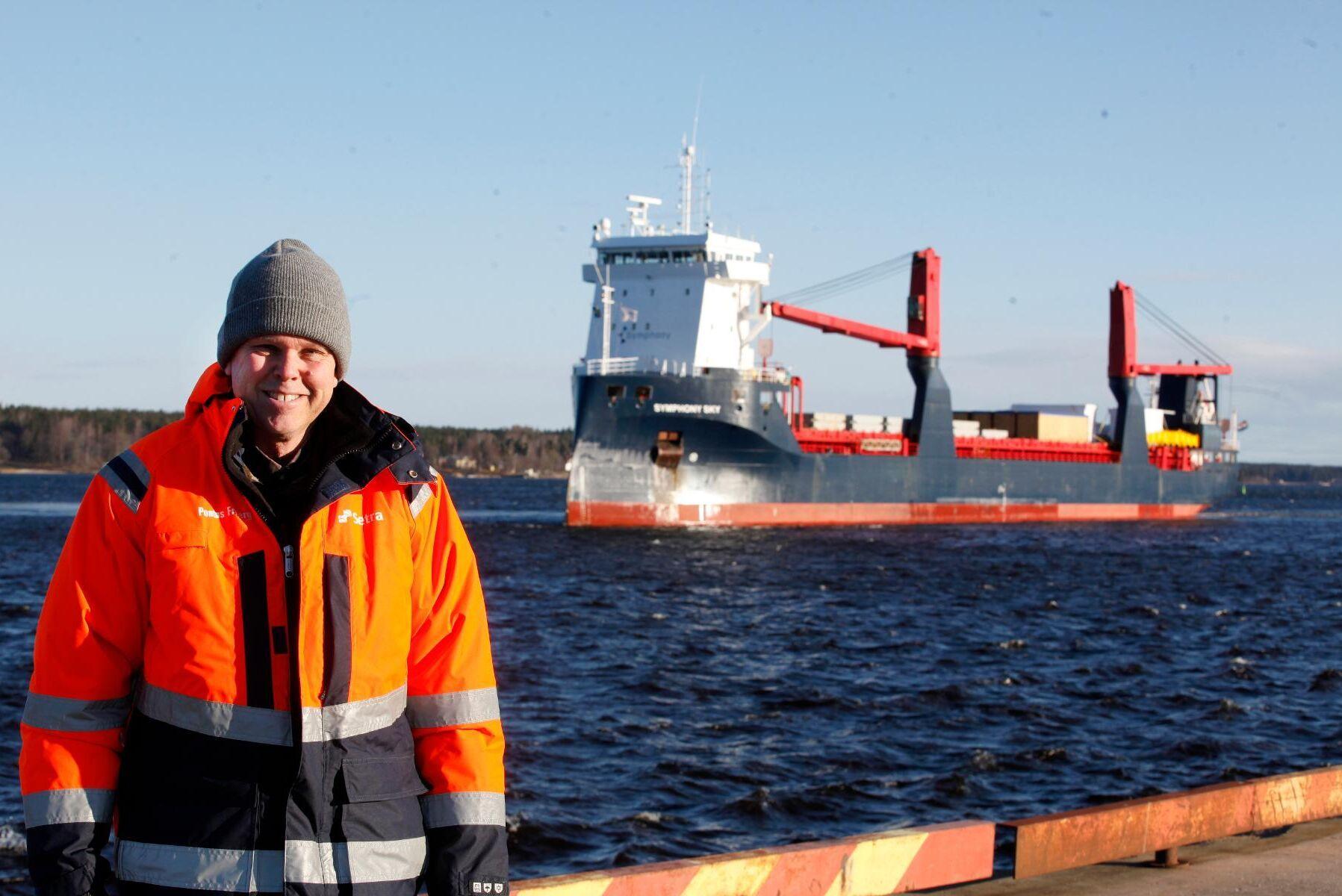 Pontus Friberg, ordförande Pyrocell, tar emot skeppslasten med den nya pyrolysfabriken som ska byggas upp vid Setras sågverk Kastet.