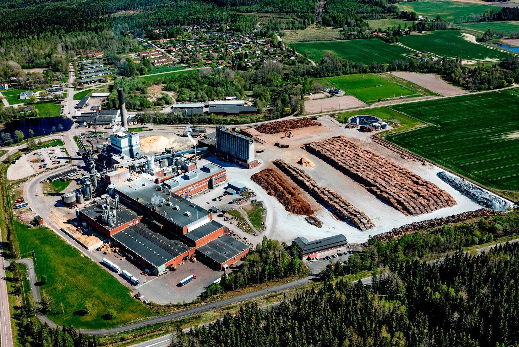 Nordic Papers massabruk i Bäckhammar har en kapacitet på 230000 ton massa per år och de två pappersmaskinerna kan producera 160000 ton kraftpapper.