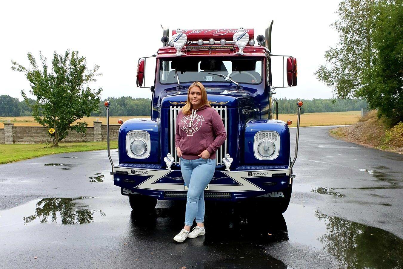 Ronja Löfgren med sin Scania. Hon gillar att vara störst på vägen.