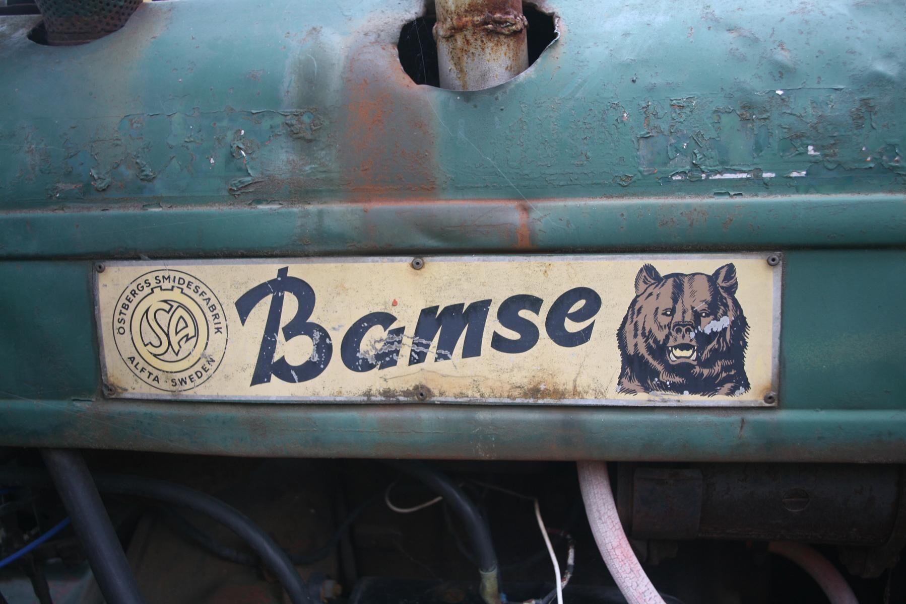 Bamse blir en succé i skogen men det som irriterar förarna är läckande tätningar i styrkopplingarna och sprickor i bakaxeln. Problemen åtgärdas i nya Bamse 1960.