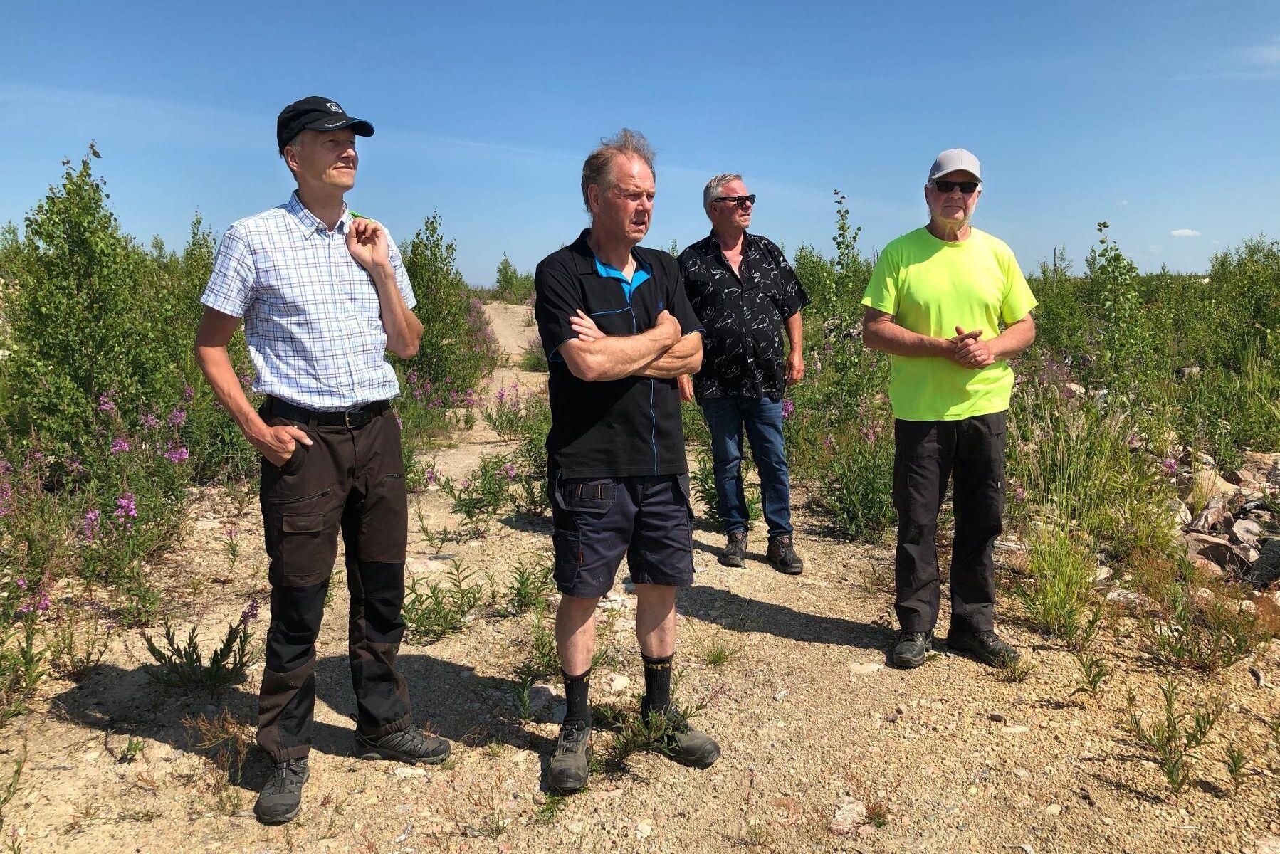 Thomas Claesson, ordförande i Mellanskogs skogsbruksområde i Västmanland, Lennart Westerdahl, Mellanskogs representant i älgförvaltningsgruppen där brandområdet ingår samt skogsägarna Jan Hörnskog och Lars Stolpe.