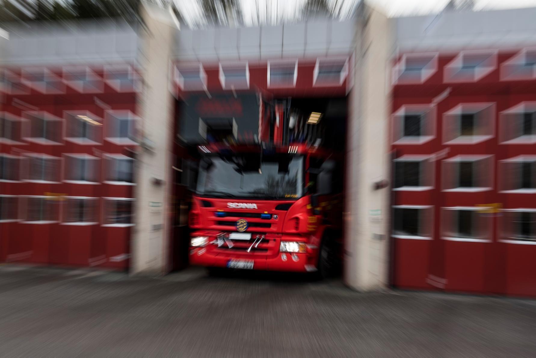 En ladugård utanför Söderköping står i full brand. Arkivbild.