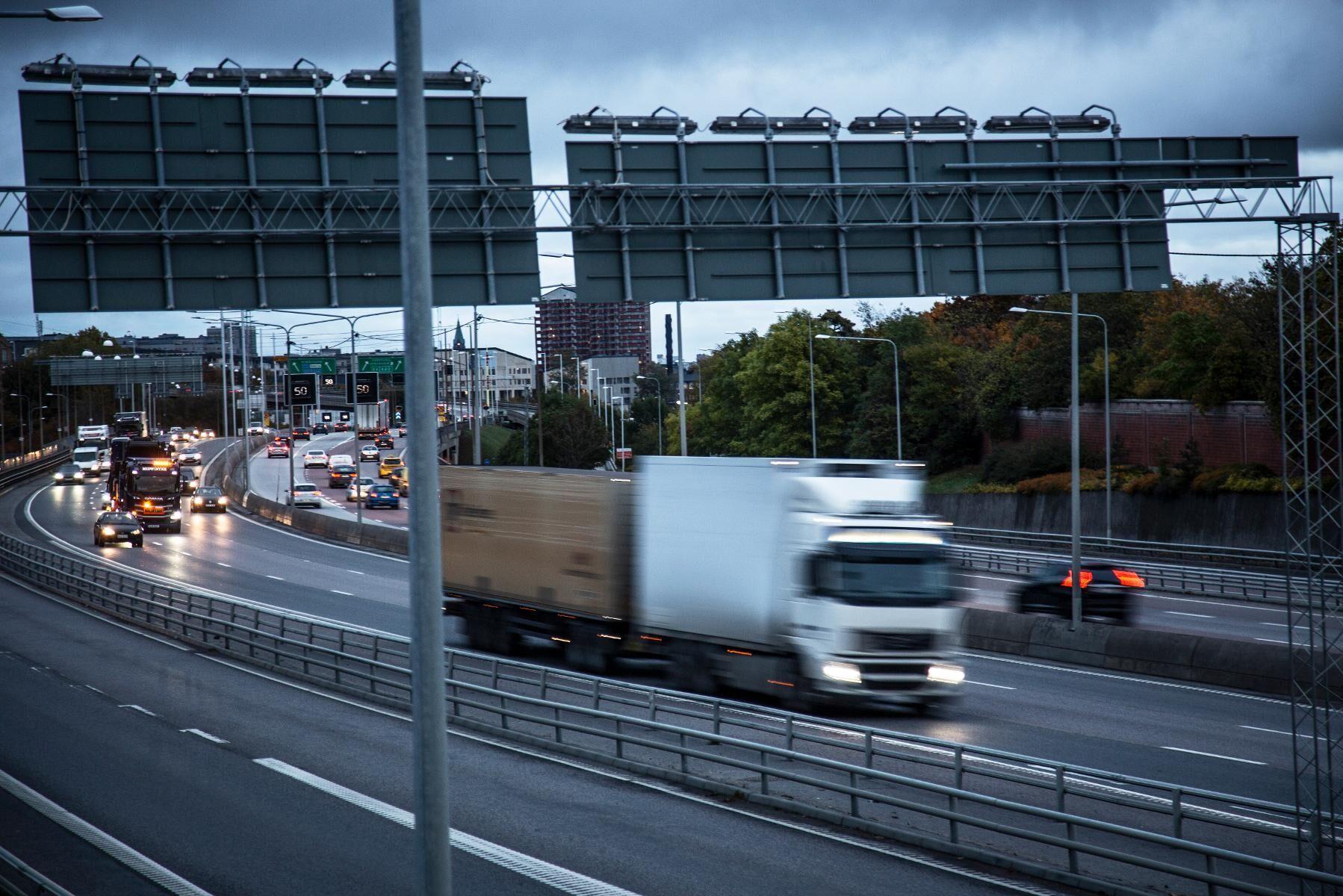 Lastbilstrafik på Södertäljevägen (E20) sydväst om Stockholm. Arkivfoto.