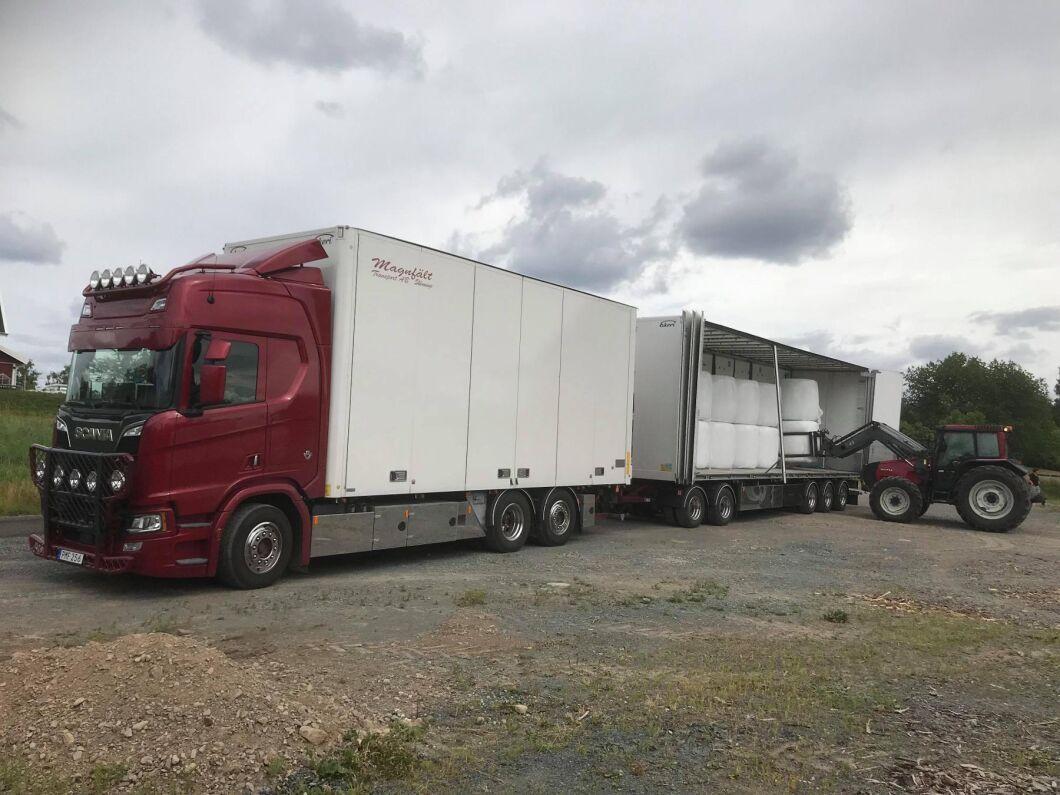 Flera åkare skjuter på semestern och kör sina lastbilar med foder i skytteltrafik i stället.