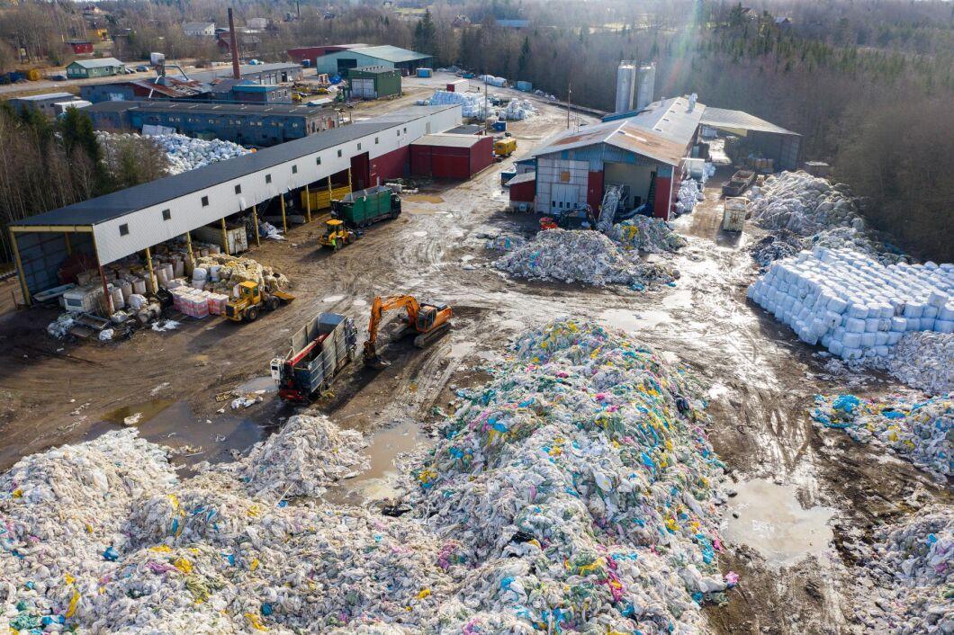 Berg av balplast ligger och väntar på att återvinnas vid fabriken i Korsberga utanför Vetlanda.
