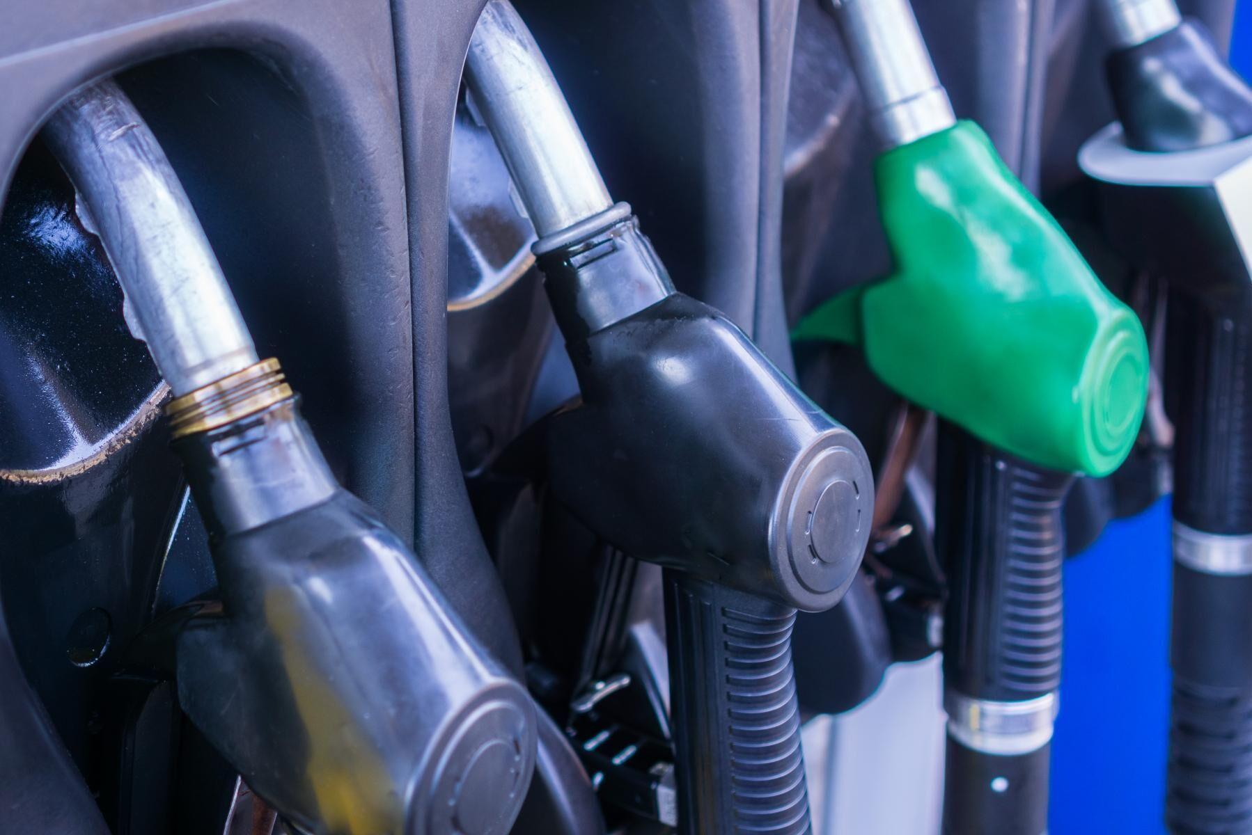 Moderaterna vill se en sänkning på drivmedelspriserna med en krona per liter. Arkivbild.