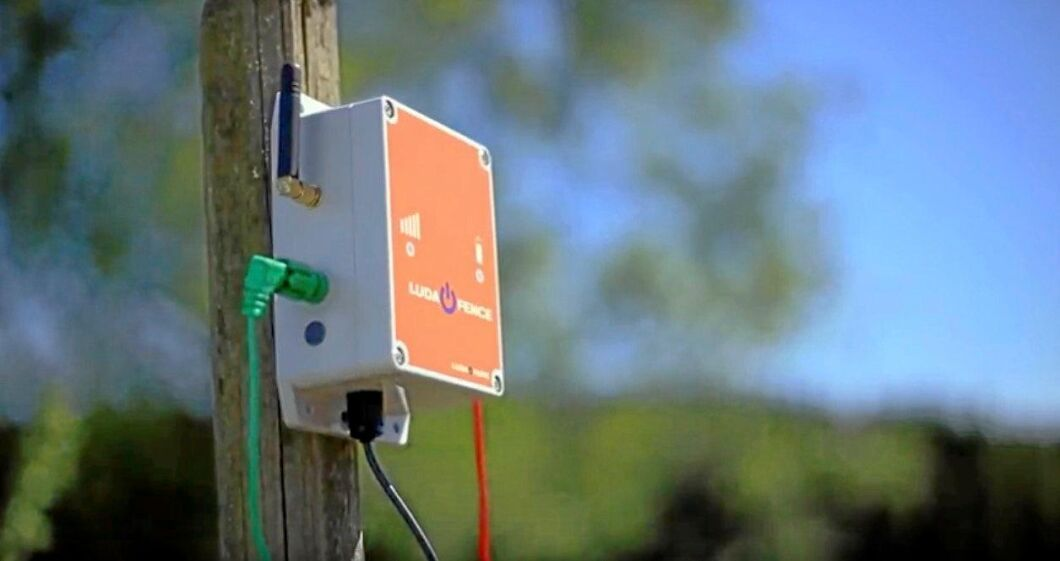 Enheten med egen mobilantenn kopplas enkelt till elstängslet med hjälp av en vanlig krokodilklämma.