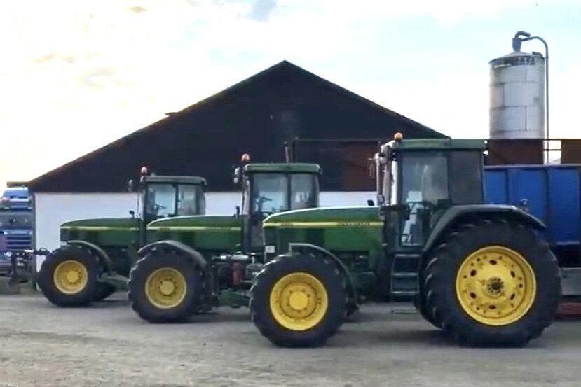Kolla! Hos Melker Jeppson finns det tre (!) John Deere 7710. Och dessutom en John Deere 7800, alla på samma gård. Det måste vara rekord och vilket paradis!?