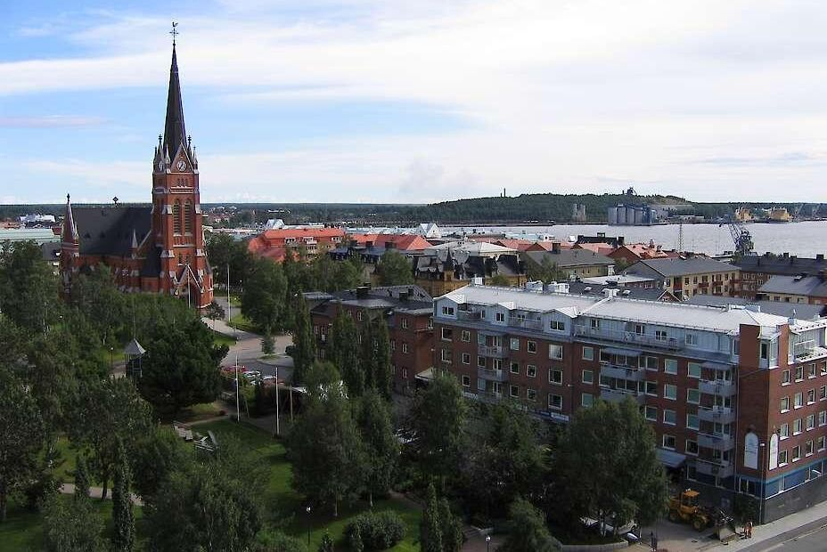 Stora delar av Luleå blev i går strömlöst sedan en kranbil kört in i en högspänningsledning.